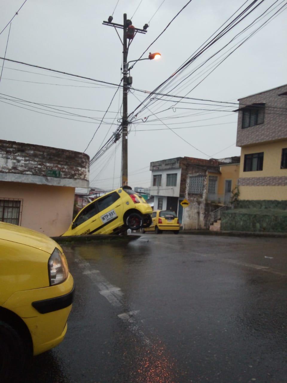Taxista salió ileso de choque contra una fachada