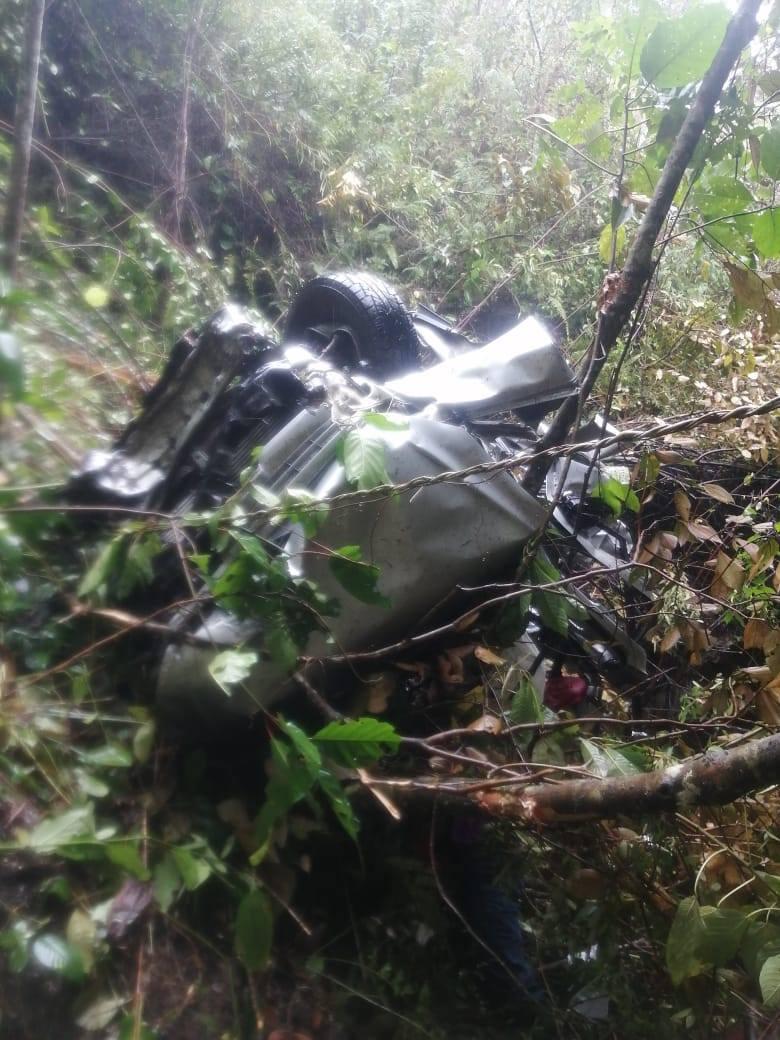 Cayó a un abismo de 100 metros y salió con vida de entre las latas de su auto