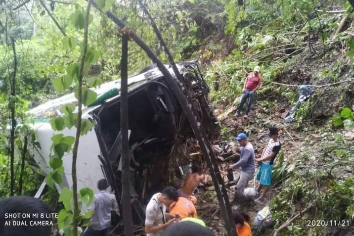 Cuatro muertos y 17 heridos por caída de un bus a un abismo entre Bucaramanga y San Alberto
