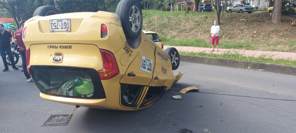 Fotos: Taxis chocaron y uno resultó volcado