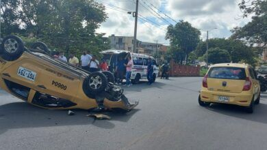 Photo of Fotos: Taxis chocaron y uno resultó volcado