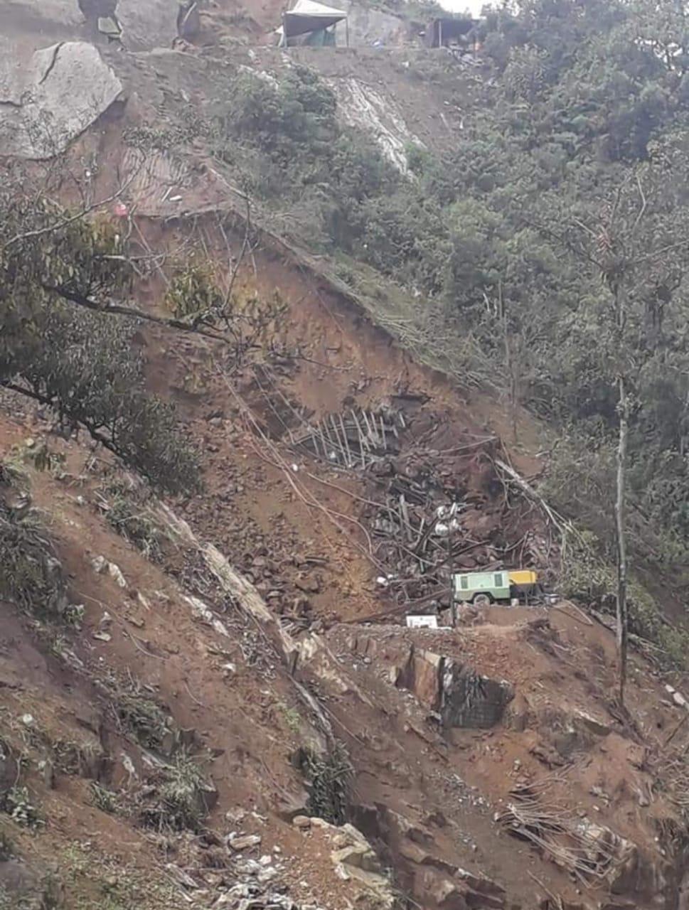 Fotos y Video: Deslizamiento en kilómetro 38 Calarcá-Cajamarca deja paso a un solo carril