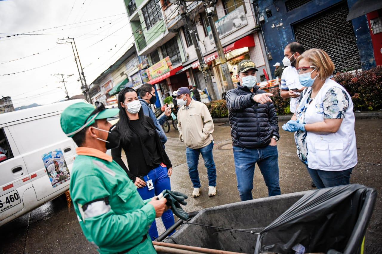Fotos: Adelantaron operativos de inspección y desinfección en la Plaza de La 21