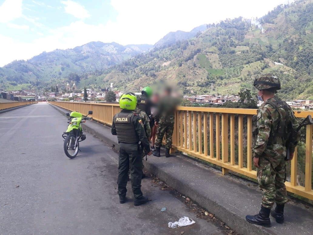 Fotos: Soldados evitaron que una mujer se lanzara al vacío desde el puente de Cajamarca