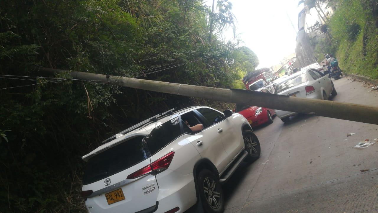 Conductor se estrelló y tumbó un poste en la vía al Cañón del Combeima