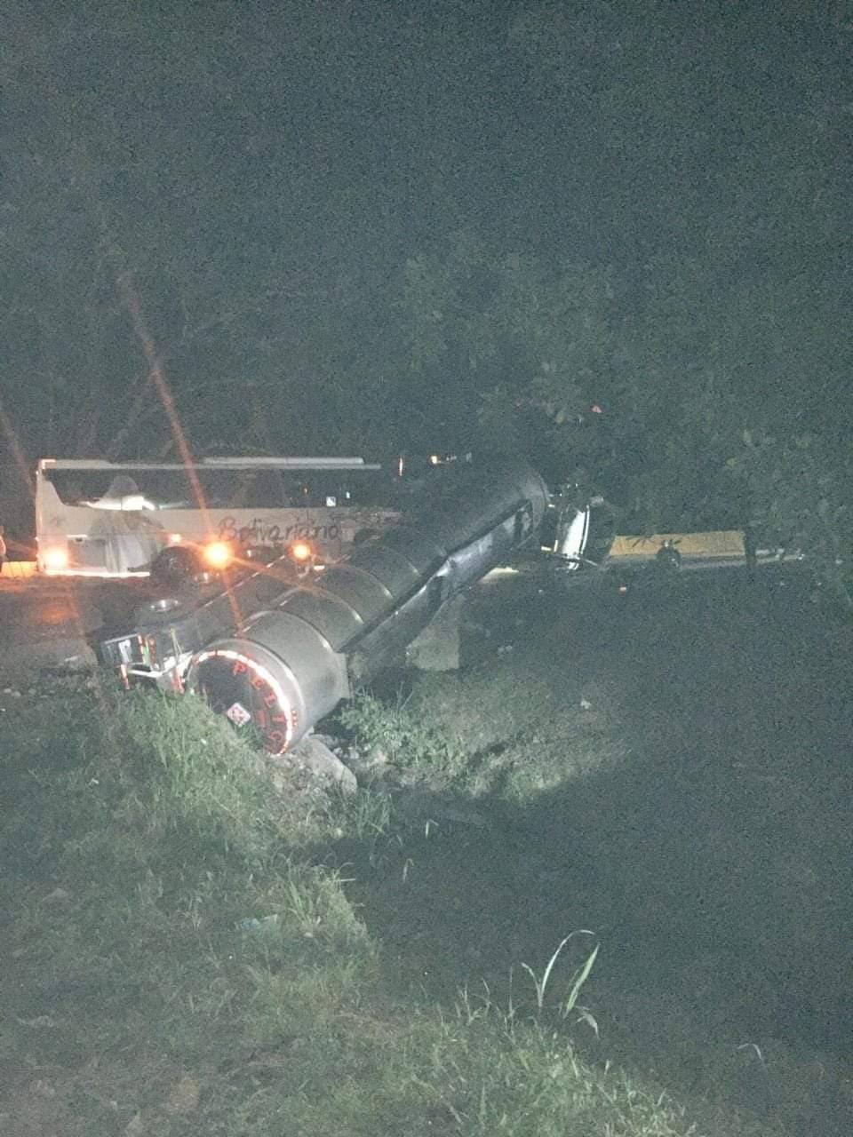 Emergencia ambiental por volcamiento de camión cisterna con gasolina en la vía entre Mariquita y Fresno