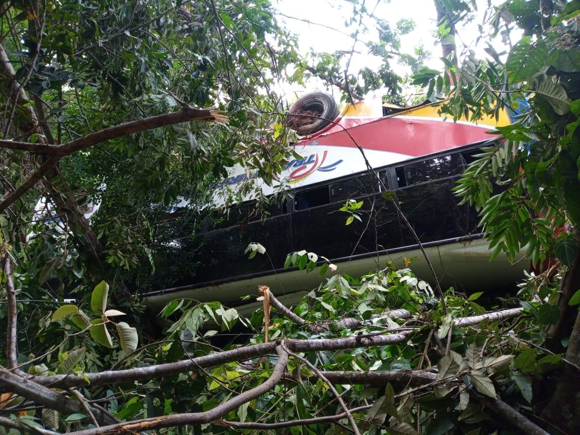 Un bus quedó atrapado en un derrumbe entre Dolores y Prado