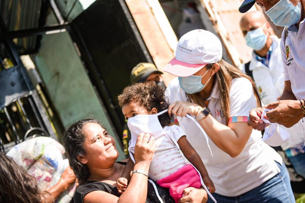 Madre del presidente Iván Duque, donó ayudas humanitarias a las familias del Baltazar