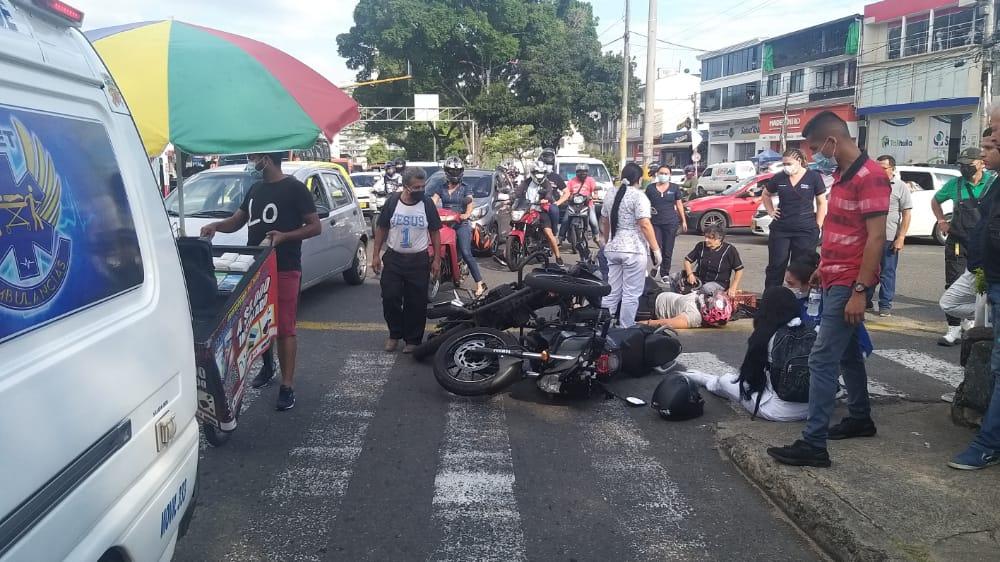 Fotos: Tres heridos por choque de motos en la Quinta con 25