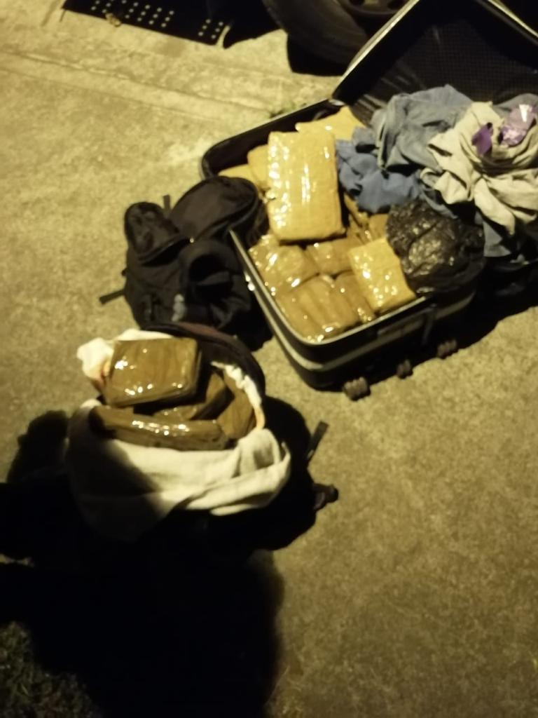 Capturan a dos pasajeros de un bus con 25 kilos de marihuana en dos maletas