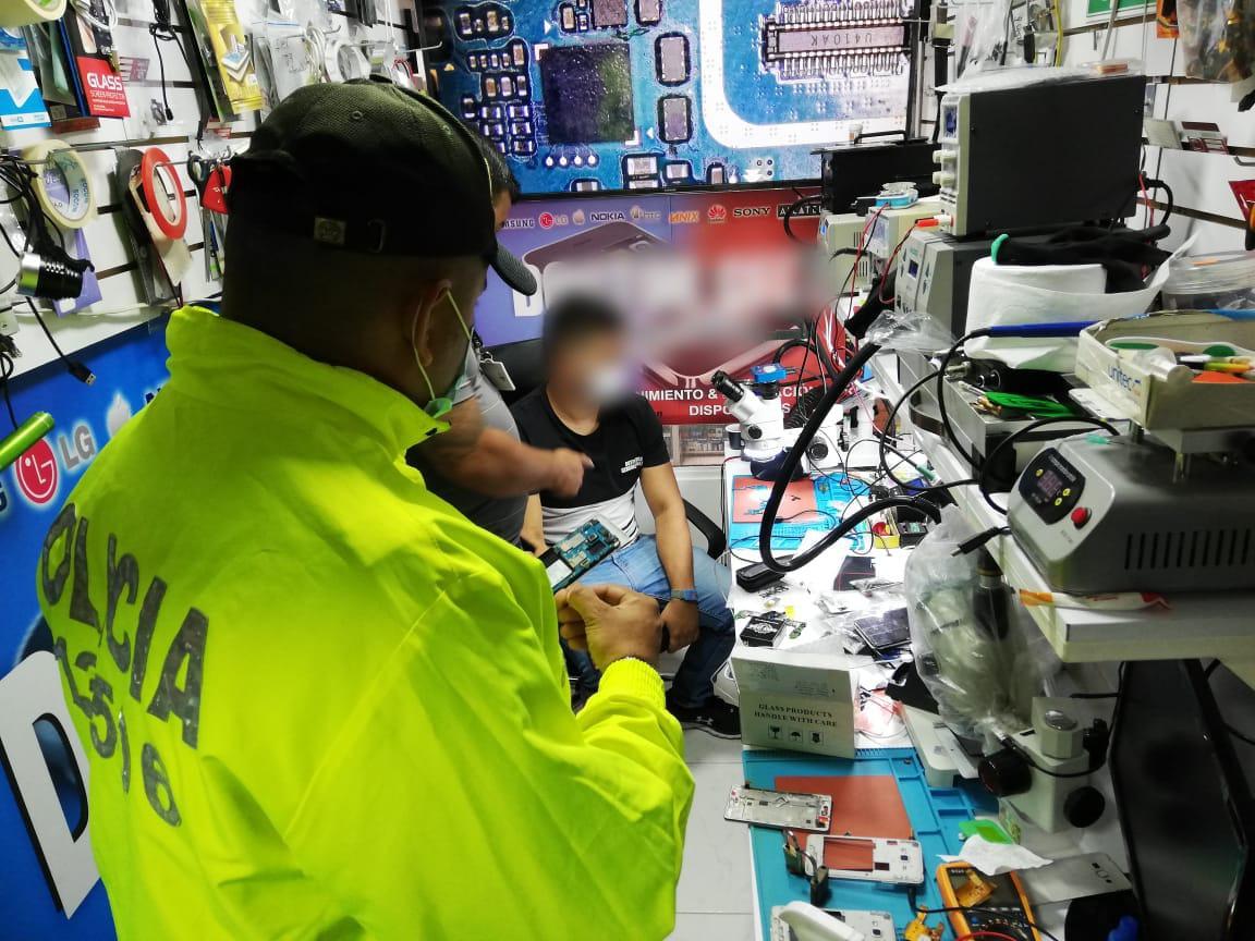 Tres locales de venta de celulares fueron sellados por la Policía