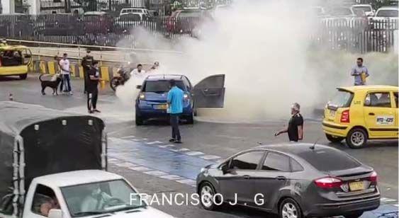 En video: Taxistas ayudaron a apagar incendio vehicular en la Ferro con 23