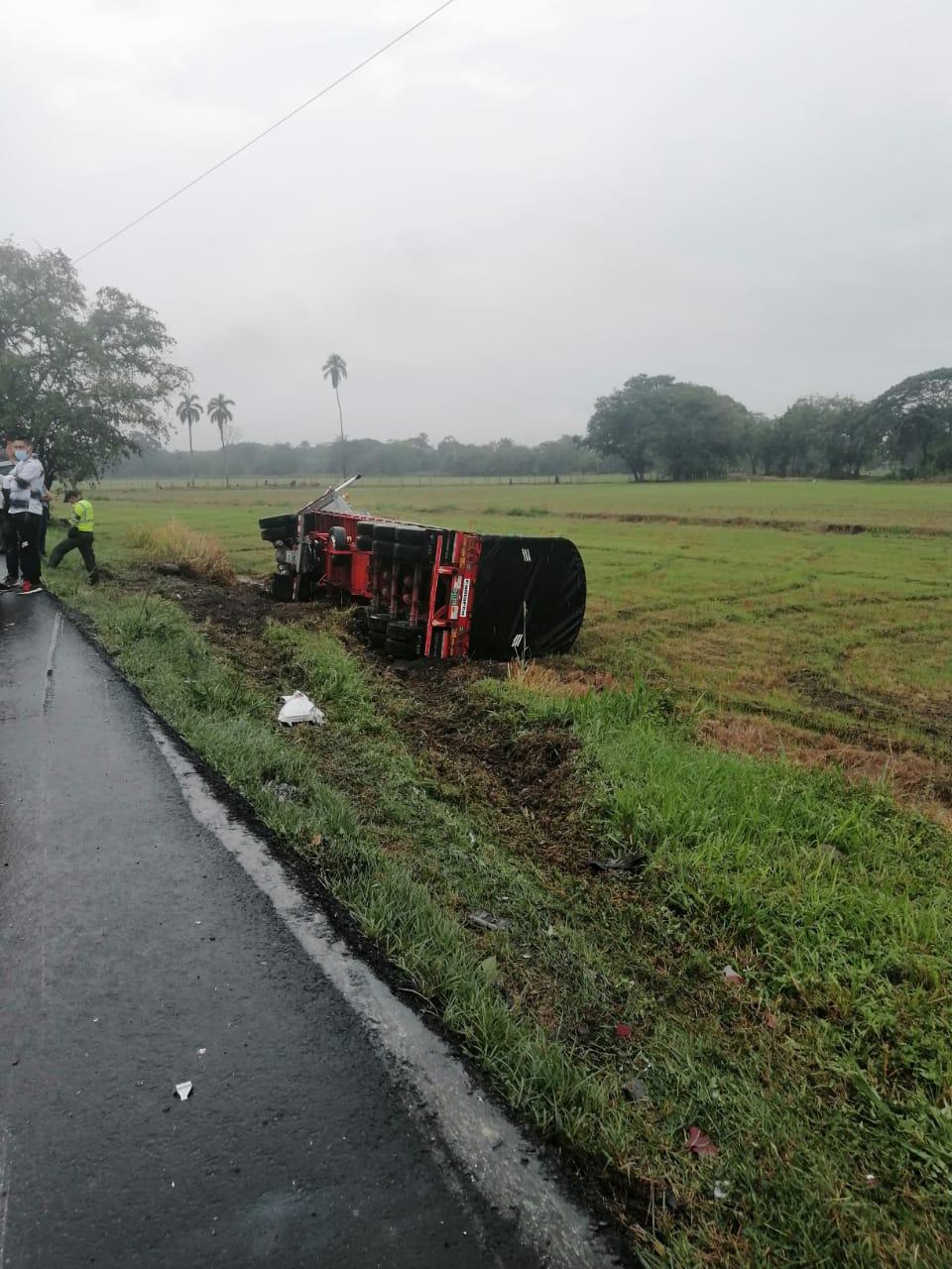 Fotos y video: Cuatro heridos dejó choque entre una van de Rápido Tolima y un tractocamión