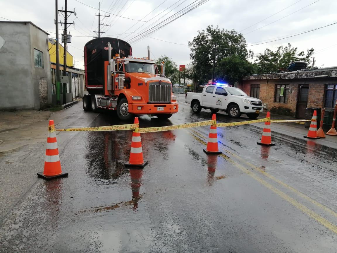 Choque de tracto camión tumbó poste en el sector de Mirolindo