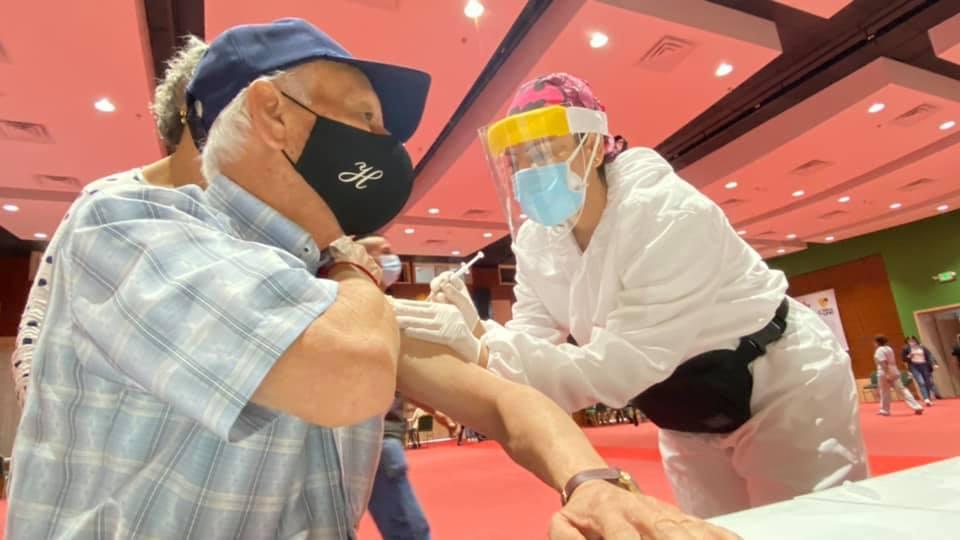 Avanza vacunación contra el Covid para abuelitos en el Centro de Convenciones