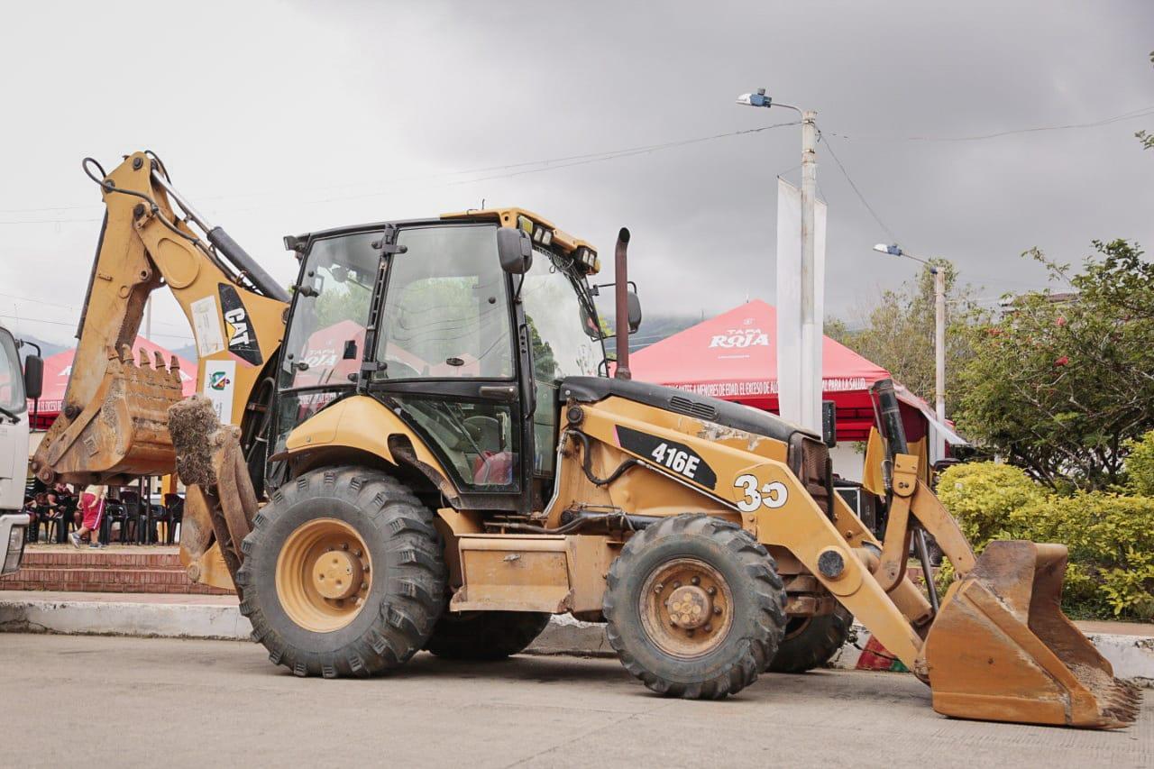 Maquinaria de la Gobernaciòn del Tolima ya recupera vías terciarias en el Sur del Departamento