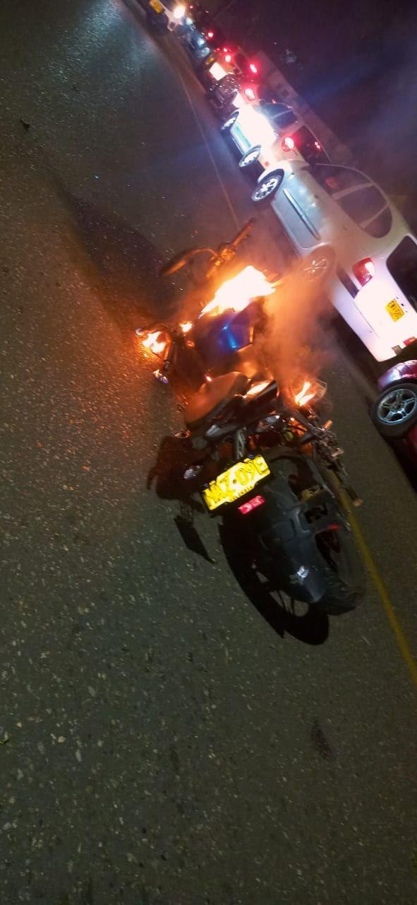 Vecinos de Piedra Pintada quemaron la moto de un 'caco'