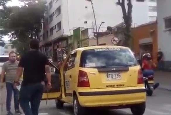 Video: A palo y machete se enfrentaron taxista y motociclista
