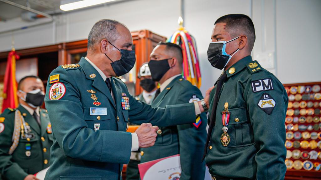 Condecoración a militares de la Brigada 13
