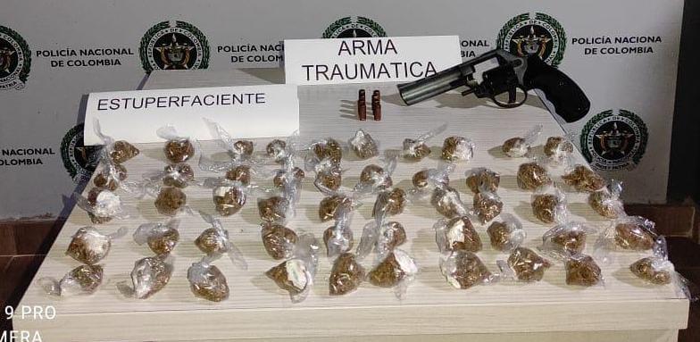 Incautan arma traumática y 170 dosis de marihuana
