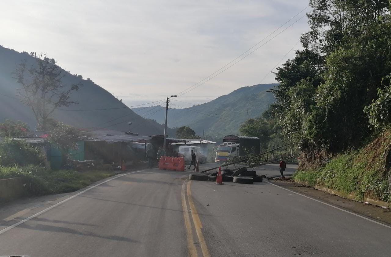 Algunas vías que siguen con bloqueos este sábado en el Tolima