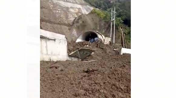 #EnVideo: Un nuevo derrumbe taponó totalmente la vía a La Línea