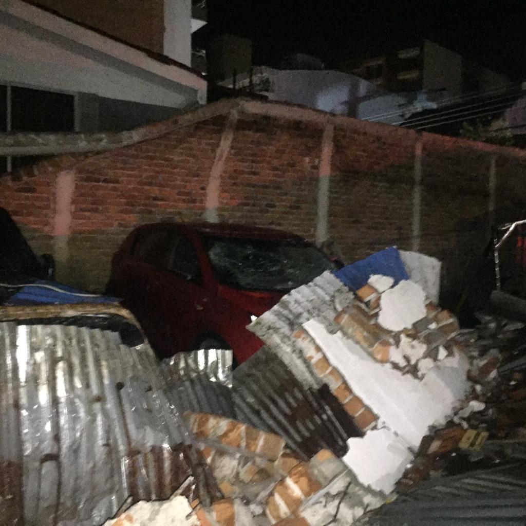 Doce carros tuvieron daños por caída de muro en el barrio La Pola