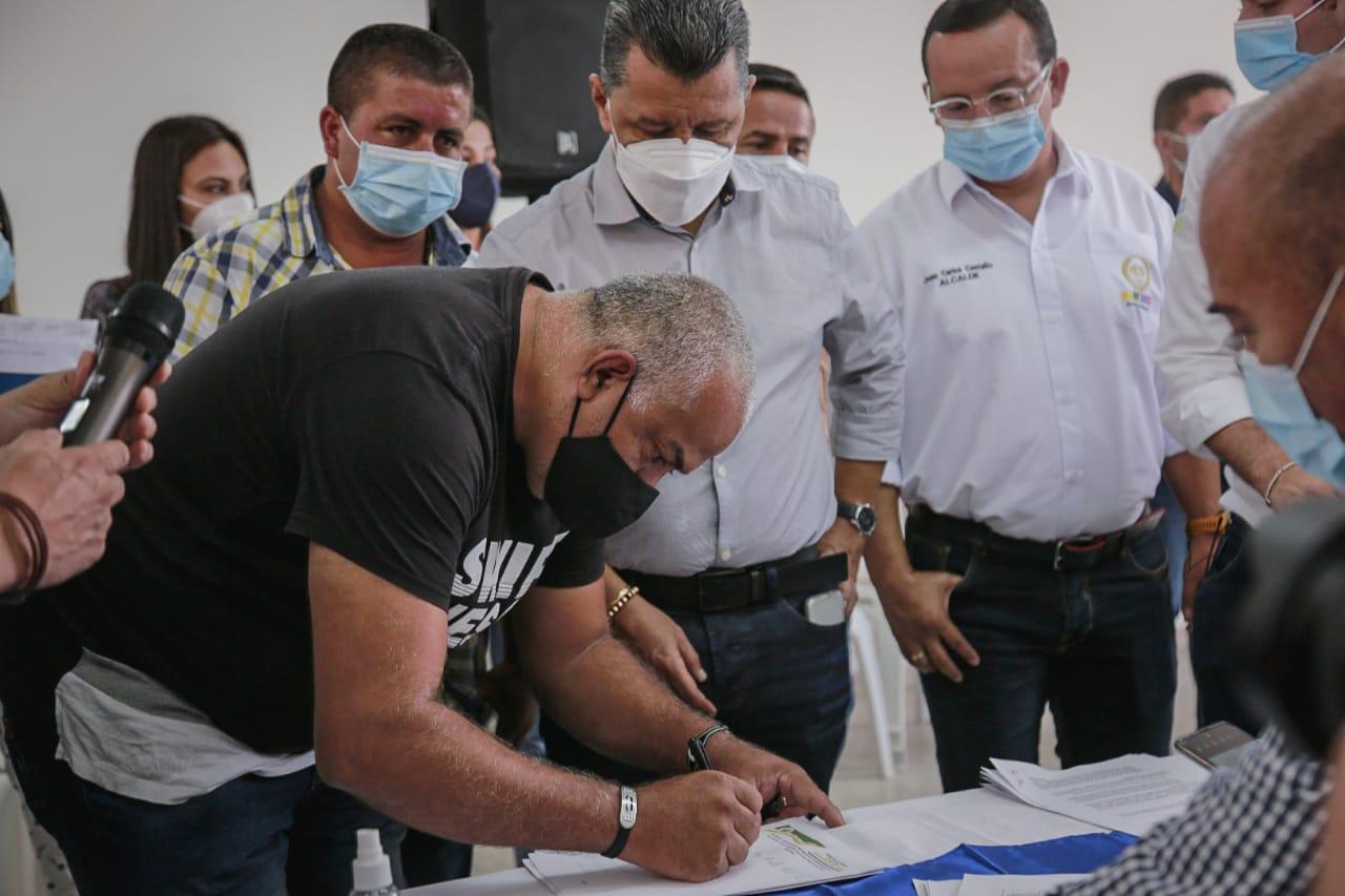 Diálogo regional liderado por gobernadores de Tolima y Caldas permitió levantar bloqueos en la vía nacional Fresno-Manizales