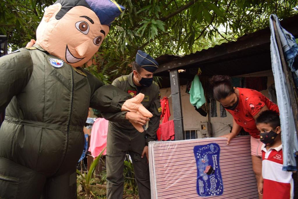 Fuerza Aérea entregó ayudas a damnificados en Melgar