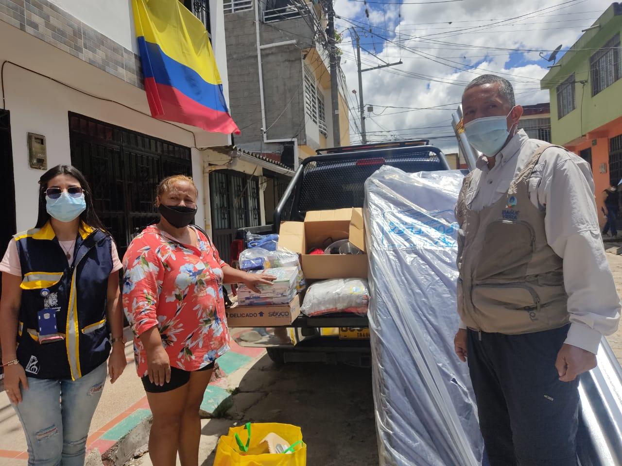Entregan ayudas humanitarias a damnificados por incendio estructural en Villa Luces