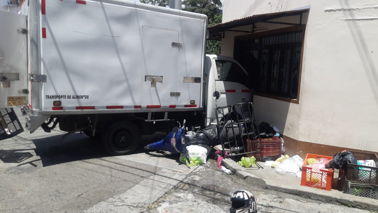 Furgón impactó a motociclista y paró en fachada de una casa