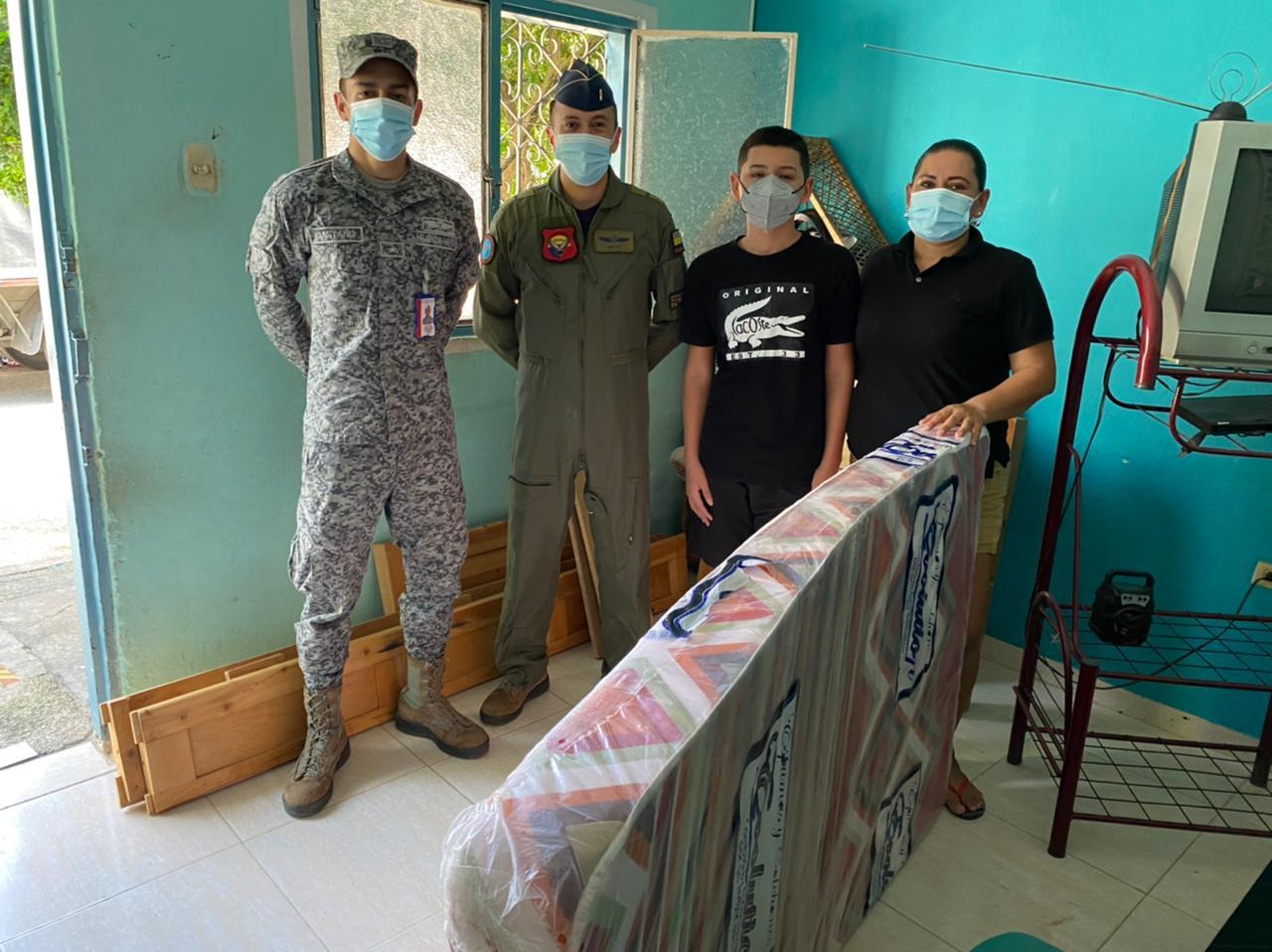 Familia recibe ayudas por parte de la fuerza aérea