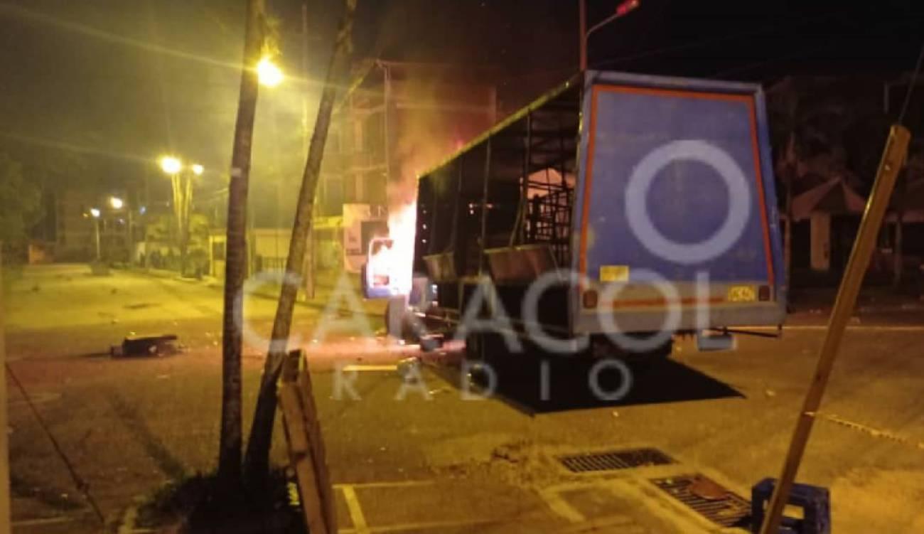 Saquean e incineran vehículo tras disturbios en Ibagué