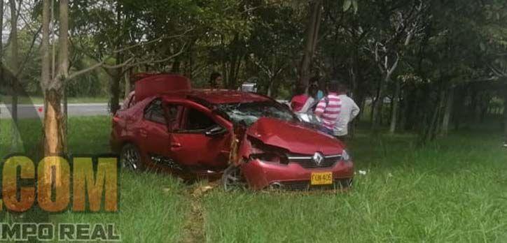 Mujer embarazada chocó su vehículo contra un árbol en la Variante