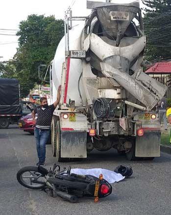Motociclista falleció arrollado por camión mezclador en la vía a El Salado