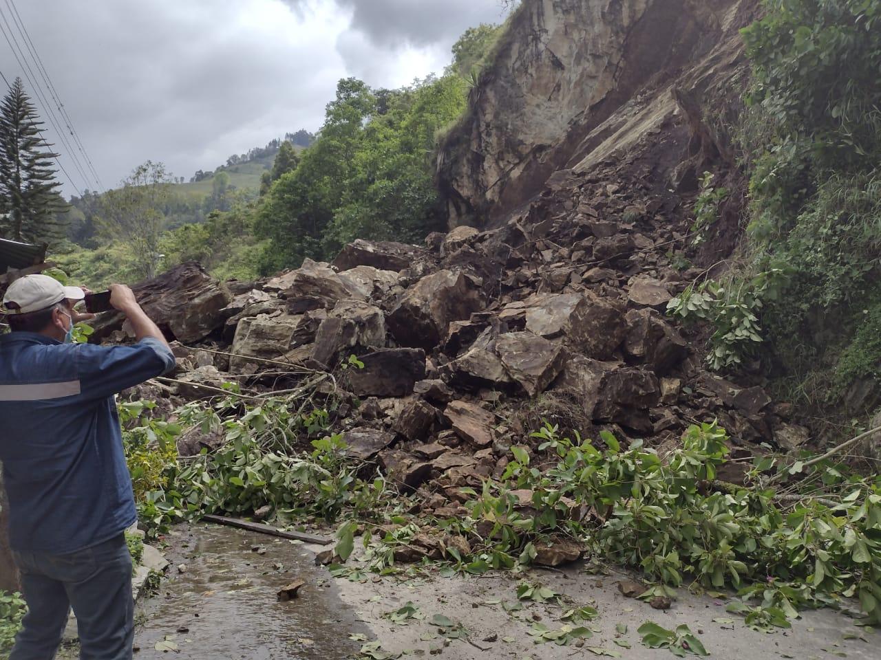Despredimiento de material rocoso entre Anaime y Cajamarca