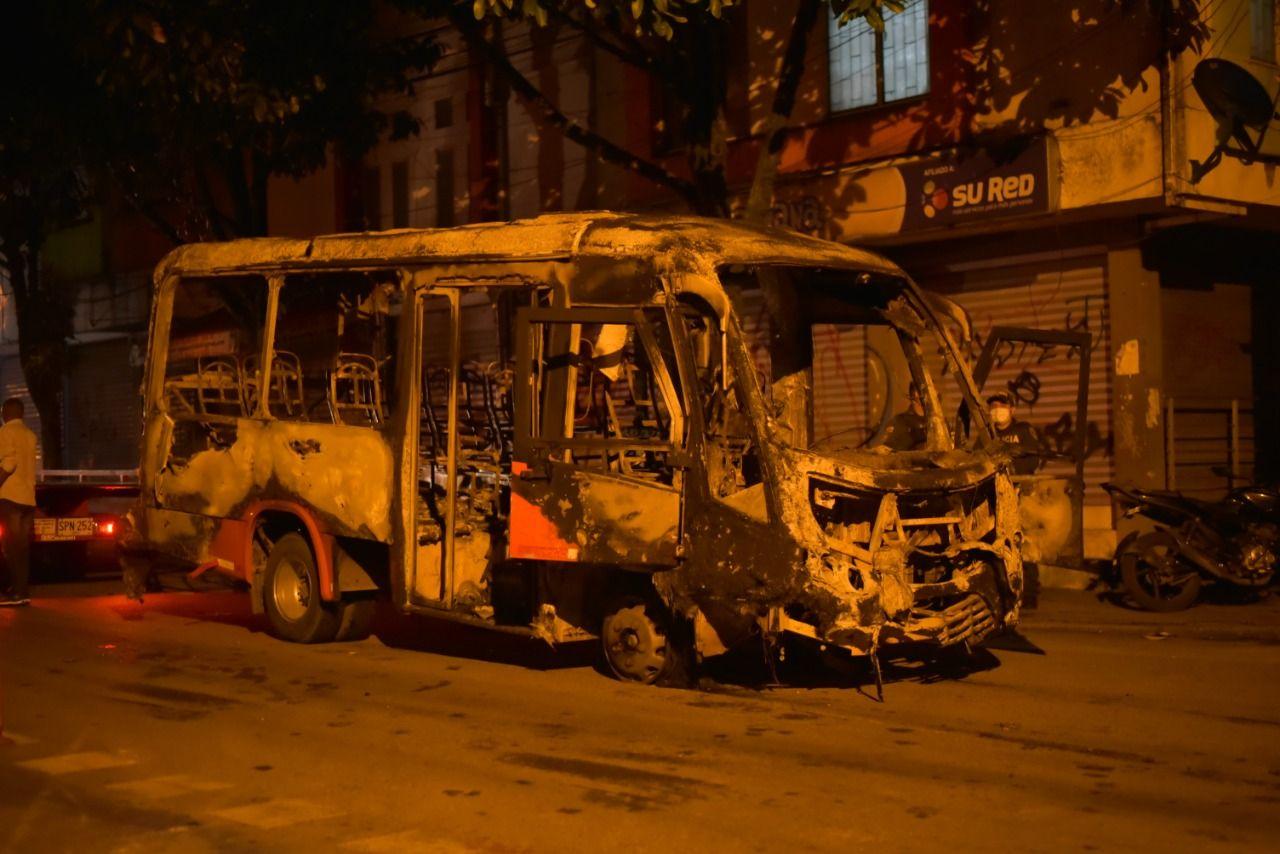 Fotos y videos: 'Capuchos' quemaron una buseta y atacaron y dañaron a otras tres