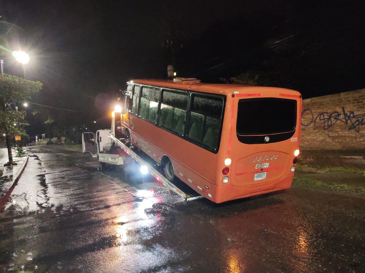 Conductor ebrio de buseta arrolló a motociclistas y agentes de tránsito