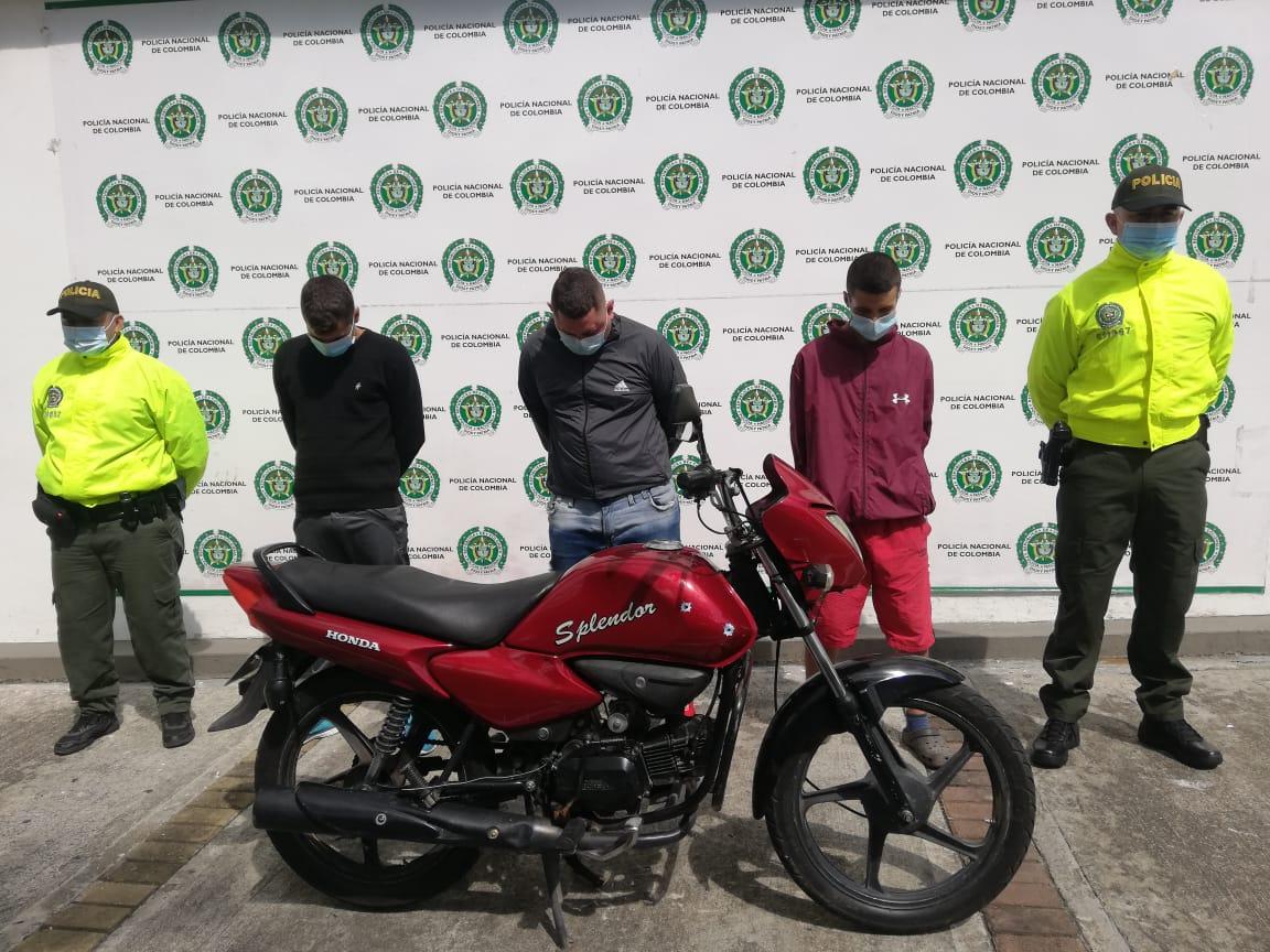 Cayeron 'Los Splendor' o los de la moto roja: Véalos aquí en videos, cometiendo sus atracos
