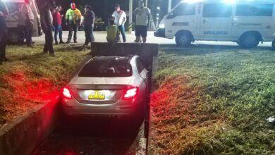 Lujoso vehículo quedó incrustado en cuneta en la vía al aeropuerto Perales